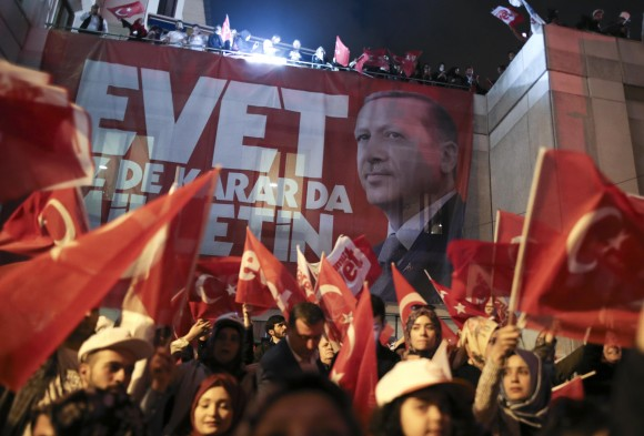 Supporters of Turkish President Tayyip Erdogan celebrate at the AK party headquarters in Istanbul, Turkey, April 16, 2017. (REUTERS/Alkis Konstantinidis)
