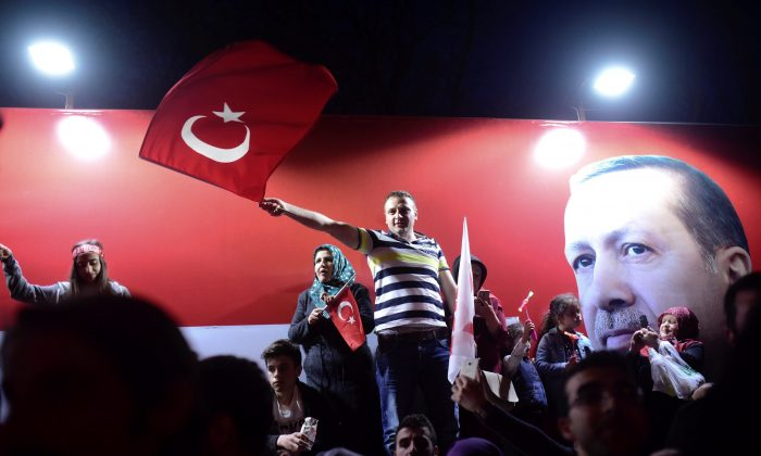 Supporters of Turkish President Tayyip Erdogan celebrate in Istanbul, Turkey April 16, 2017. (REUTERS/Yagiz Karahan)