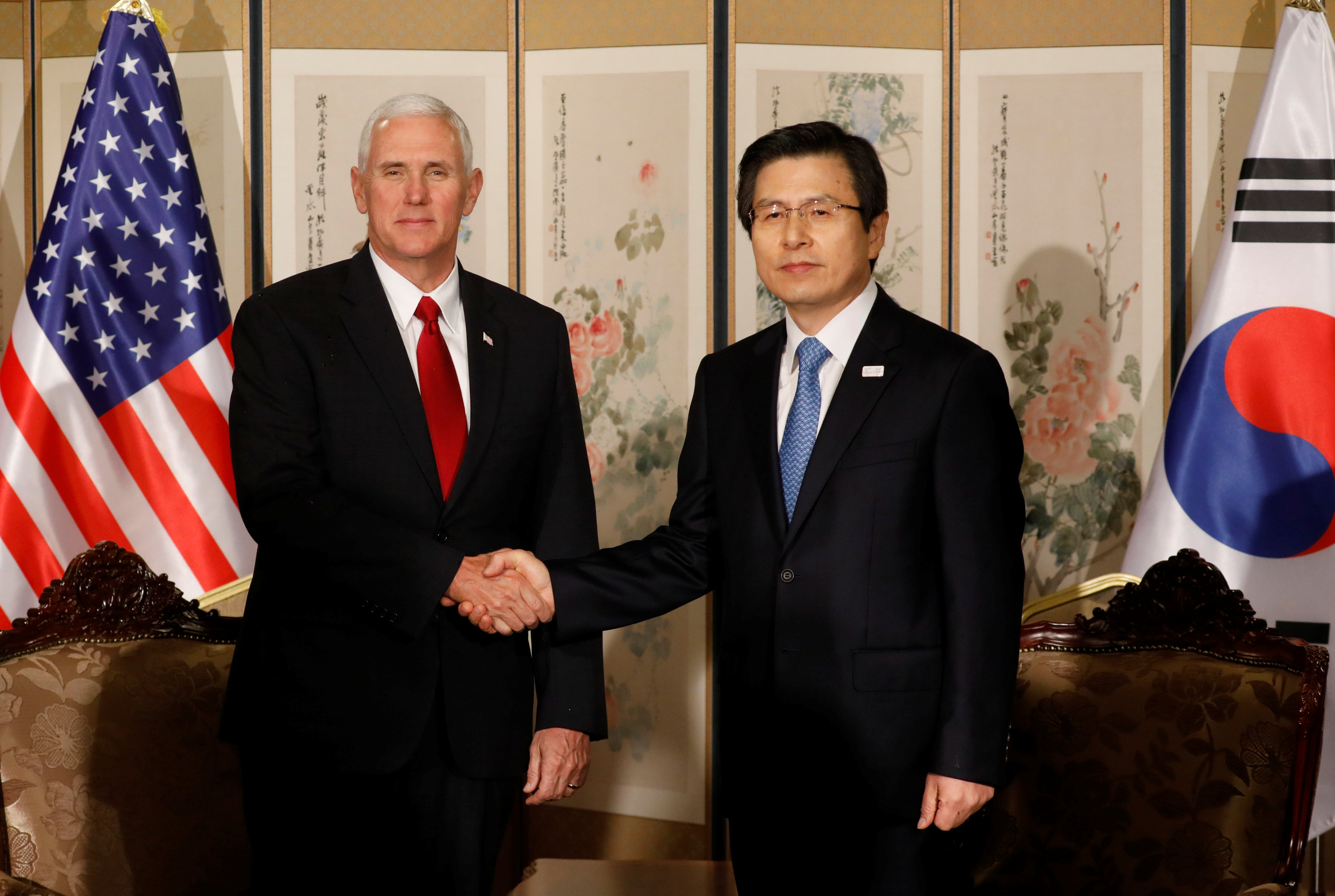 U.S. Vice President Mike Pence shakes hands with acting South Korean President and Prime Minister Hwang Kyo-ahn during their meeting in Seoul, South Korea on April 17, 2017. (REUTERS/Kim Hong-Ji)