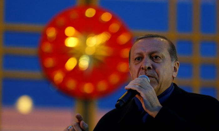 Turkish President Tayyip Erdogan addresses his supporters at the Presidential Palace in Ankara, Turkey on April 17, 2017. (REUTERS/Umit Bektas)