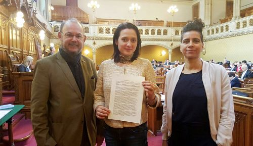 (L-R) A resolution condemning the Chinese regime for organ harvesting that was proposed by Vienna councilors Peter Florianschütz, Gudrun Kugler, and El-Nagashi Faika was unanimously passed by the Vienna Provincial Parliament on April 7, 2017. (Minghui.org)