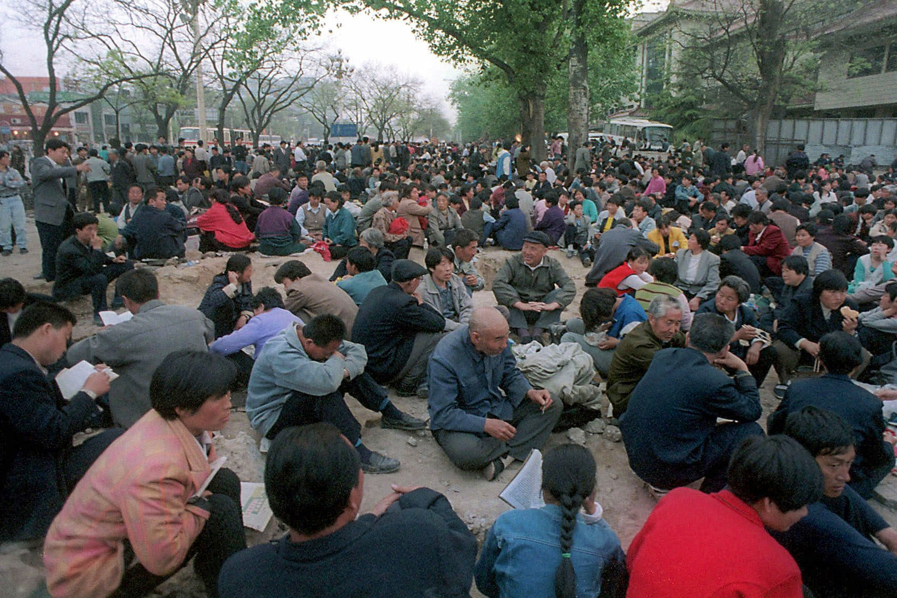 Falun Gong practitioners gathered around Zhongnanhai to silently, peacefully appeal for fair treatment on April 25, 1999. (Photo courtesy Clearwisdom.net)