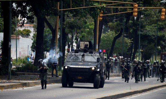 Riot police take positions as demonstrators rally against Venezuela's President Nicolas Maduro in Caracas, Venezuela on April 20, 2017. (REUTERS/Carlos Garcia Rawlins)