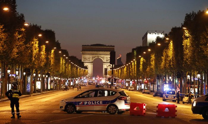 Police secure the Champs Elysee Avenue after one policeman was killed and another wounded in a shooting incident in Paris, France on April 20, 2017. (REUTERS/Christian Hartmann)