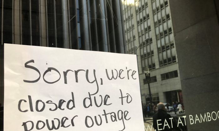 A sign on a restaurant informs customers that the facility is closed due to a power cut, in the financial district of San Francisco, Calif., on April 21, 2017. (Alexandria Sage/Reuters)