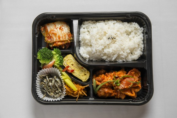 A lunch box featuring spicy pork stir-fried in gochujang, or red pepper paste.(Samira Bouaou/The Epoch Times)