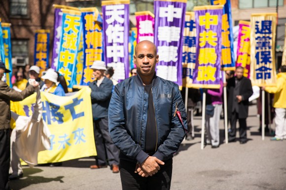 Musician Sterling Campell at the Falun Gong parade in Flushing, New York, on April 23, 2017, to commemorate the 18th anniversary of the April 25th peaceful appeal of 10,000 Falun Gong practitioners in Beijing. (Benjamin Chasteen/The Epoch Times)