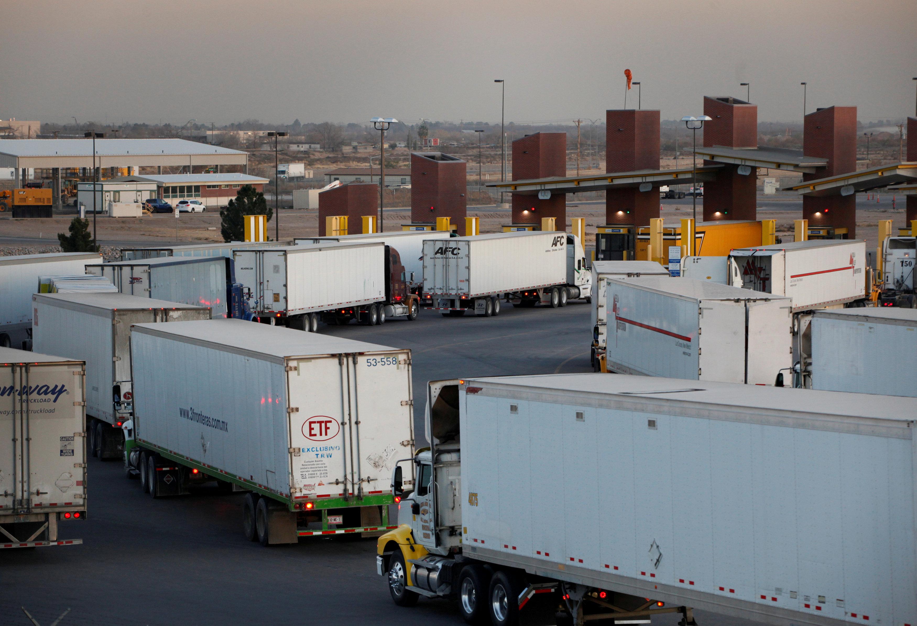 Trucks wait at the international border bridge Zaragoza to cross over to El Paso, USA, in Ciudad Juarez, Mexico, on Dec. 20, 2016. (REUTERS/Jose Luis Gonzalez)
