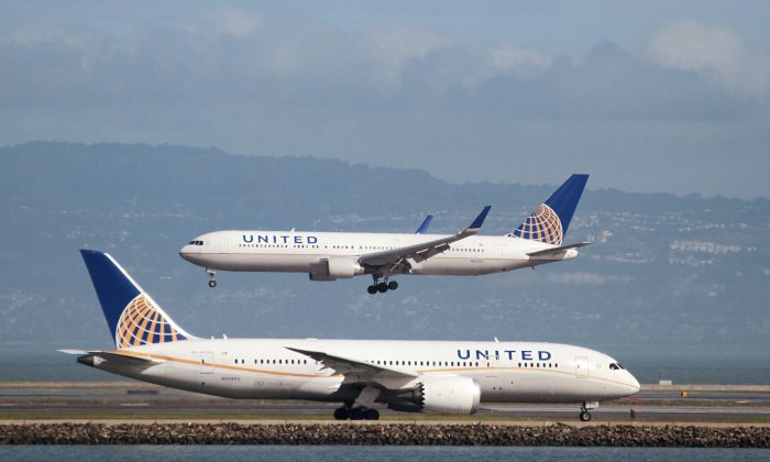A United Airlines Boeing 787 taxis as a United Airlines Boeing 767 lands at San Francisco International Airport, San Francisco, Calif., on Feb. 7, 2015. (REUTERS/Louis Nastro)