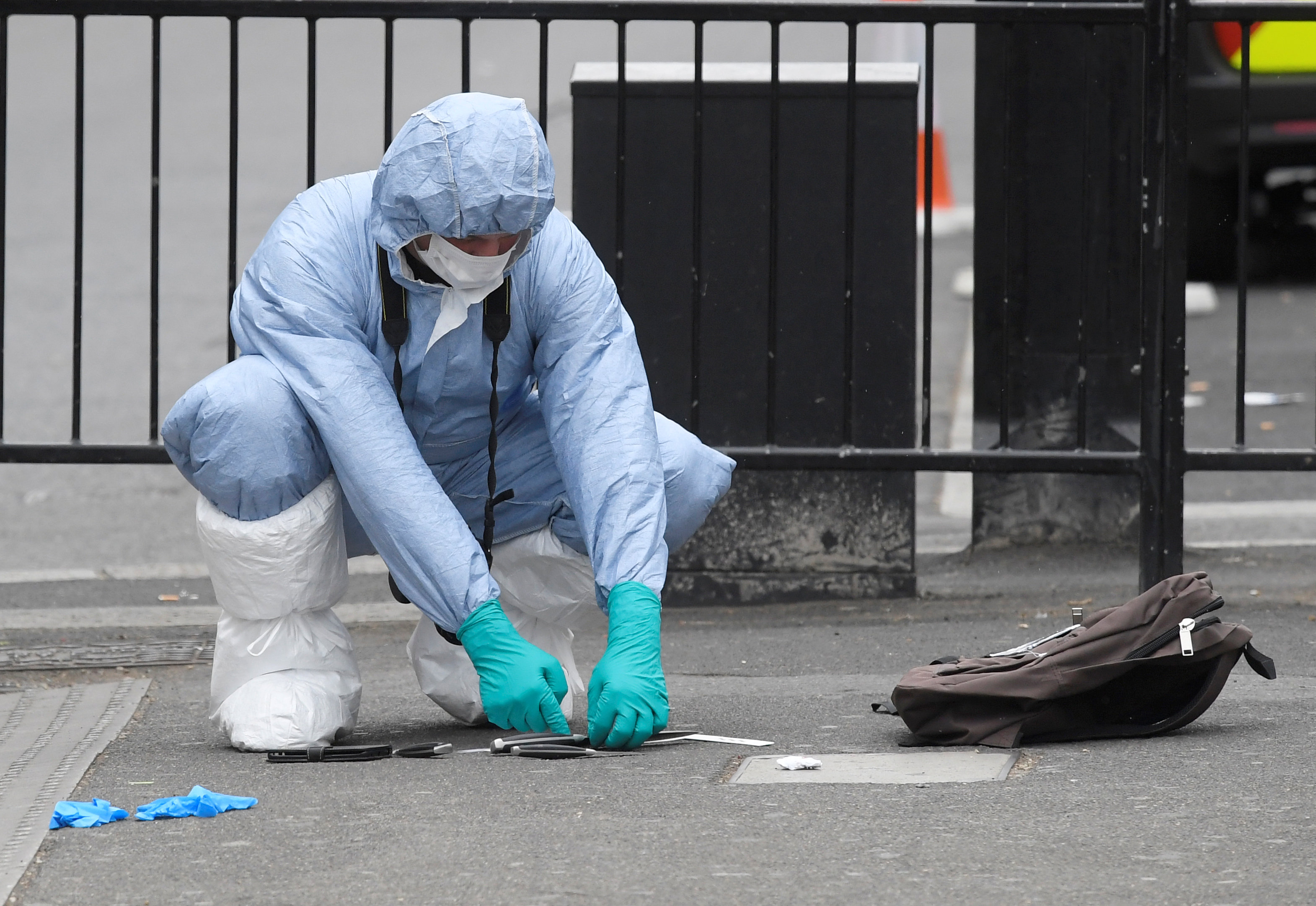 A forensic investigator recovers knives after man was arrested on Whitehall in Westminster, central London, Britain on April 27, 2017. (REUTERS/Toby Melville)