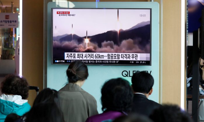 People watch a TV broadcasting of a news report on North Korea's missile launch, at a railway station in Seoul, South Korea on April 29, 2017. (REUTERS/Kim Hong-Ji)