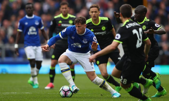Ross Barkley of Everton attempts to move forward with the ball during the Premier League match between Everton and Chelsea at Goodison Park on April 30, 2017 in Liverpool, England. (Clive Brunskill/Getty Images)