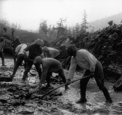 Soviet Gulag prisoners constructing a road in Kolyma, a Siberian camp where fatality rates could approach 100 percent. (Public Domain)