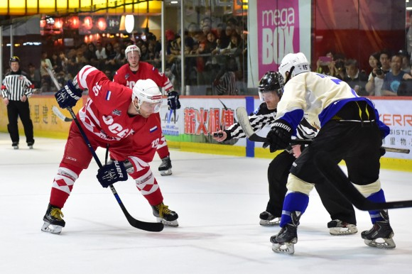 Face-off between Totachi CCCP (Red) and Pandoo Nation in the Mega Ice 2017 Hockey 5's on May 6, 2017. (Bill Cox/Epoch Times)