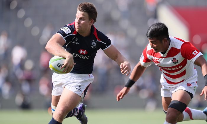 Matt Rosslee flicks a neat back-hander to the onrushing Tyler Spitz for HK's 2nd try against Japan in Tokyo on May 6, 2017. (Kenji Demura, Rugby Japan)