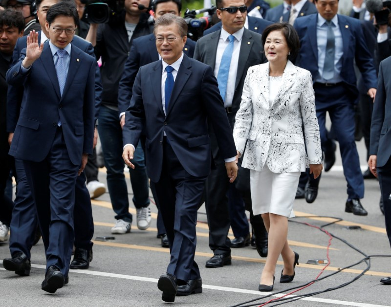 South Korea President Moon Jae-in and his wife Kim Jung-sook walk as they arrive at the presidential Blue House in Seoul, South Korea on May 10, 2017. (REUTERS/Kim Kyung-Hoon)