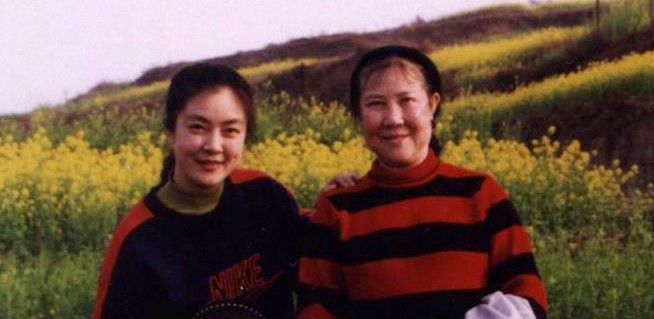 Jennifer with her mother in early 1999, in the last photo Jennifer took with her family before the persecution of Falun Gong began. (Courtesy of Jennifer Zeng)