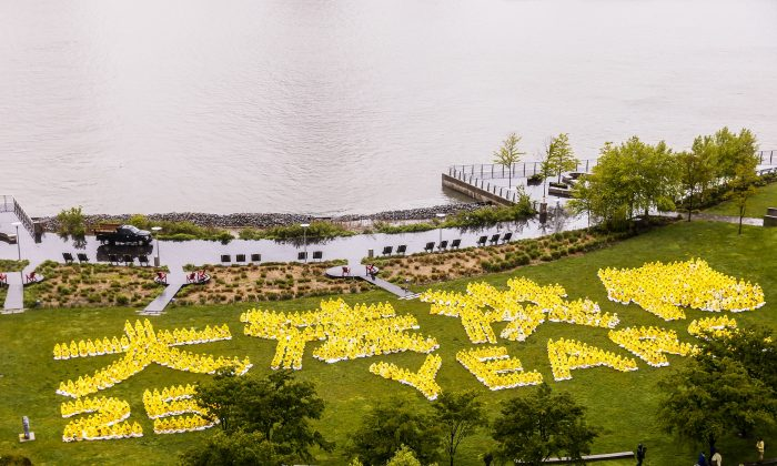 "1,300 falun Gong practitioners in Gantry Park, New York, form Chinese and English words saying ""25 years of spreading Dafa"" on May 13, 2017. (The Epoch Times)"