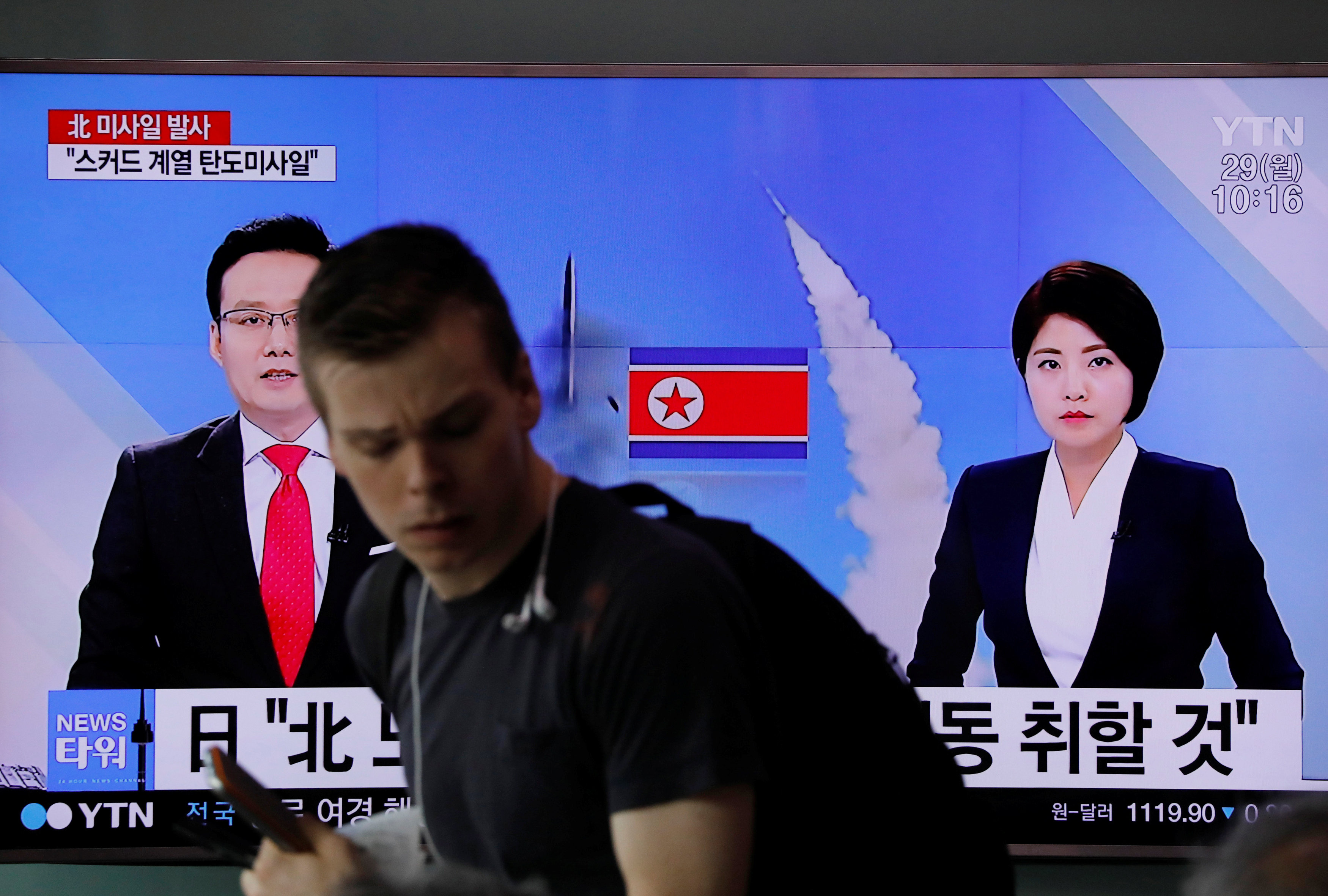 People watch a television broadcasting a news report on North Korea firing what appeared to be a short-range ballistic missile, at a railway station in Seoul, South Korea on May 29, 2017. (REUTERS/Kim Hong-Ji)