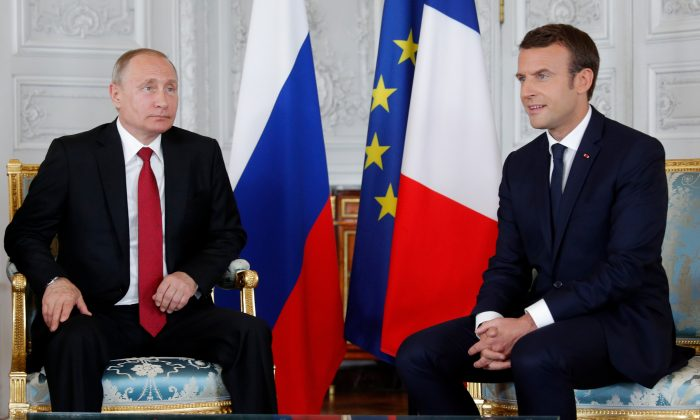 French President Emmanuel Macron (R) and Russian President Vladimir Putin (L) meet for talks at the Chateau de Versailles before the opening of an exhibition marking 300 years of diplomatic ties between the two counties in Versailles, France on May 29, 2017. (REUTERS/Philippe Wojazer)