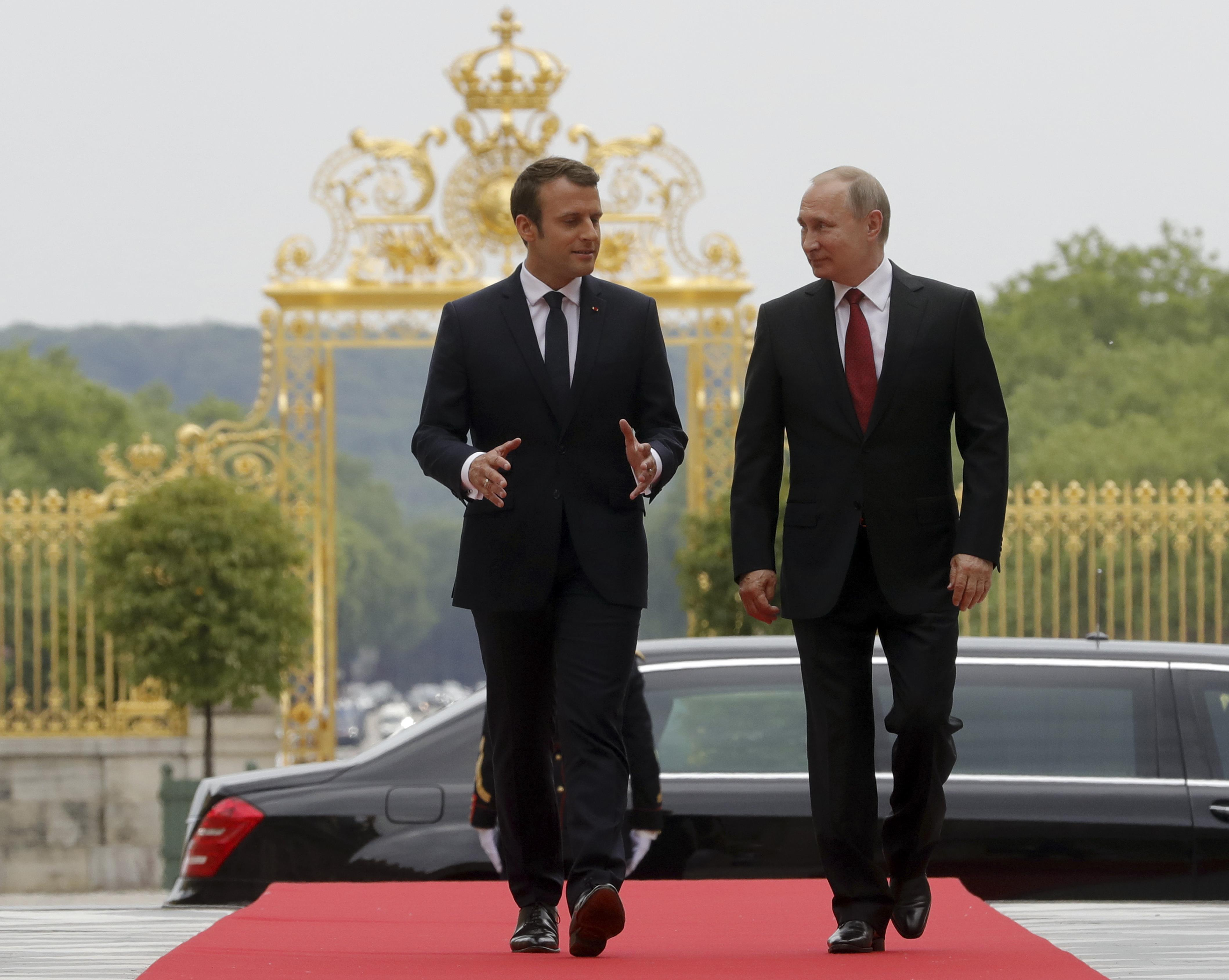 Russian President Vladimir Putin (R) and French President Emmanuel Macron during a meeting at the Chateau de Versailles near Paris, France on May 29, 2017. (Sputnik/Mikhail Metzel/Kremlin via REUTERS)