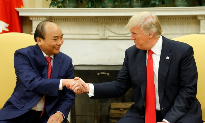 President Donald Trump (R) welcomes Vietnam's Prime Minister Nguyen Xuan Phuc at the White House in Washington on May 31, 2017. (REUTERS/Jonathan Ernst)