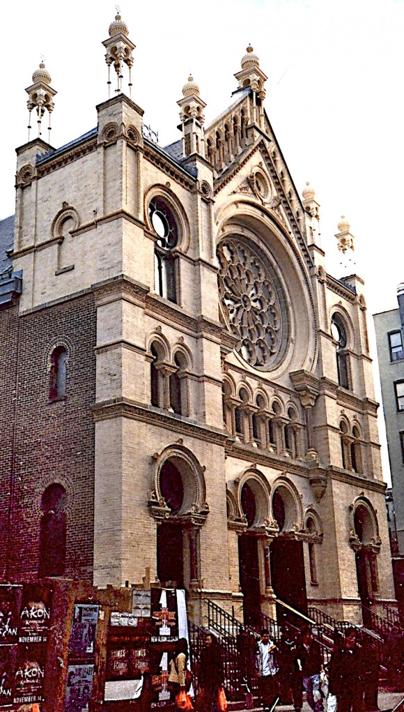The Museum at Eldridge Street, first opened as a synagogue in 1887, offers informative tours that relate to American Jewish history, the history of the Lower East Side, and immigration. (Public domain)