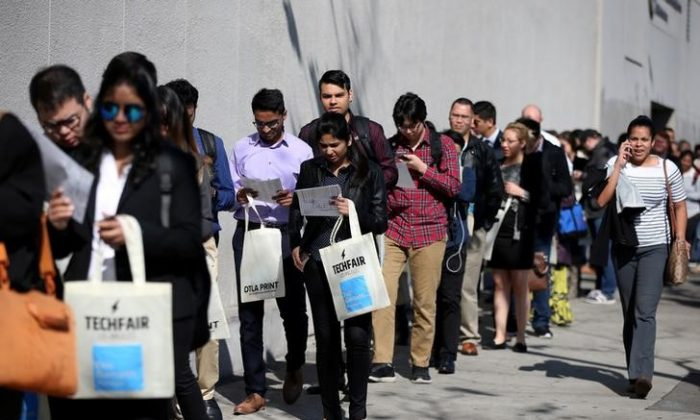 People wait in line to attend TechFair LA, a technology job fair, in Los Angeles, Calif.,on January 26, 2017. (REUTERS/Lucy Nicholson)