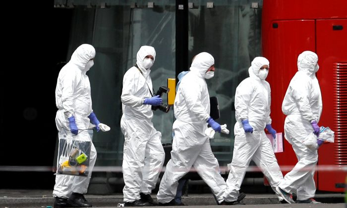 Police forensic investigators work outside Borough Market after an attack left 7 people dead and dozens injured in London, Britain on June 4, 2017. (REUTERS/Peter Nicholls)