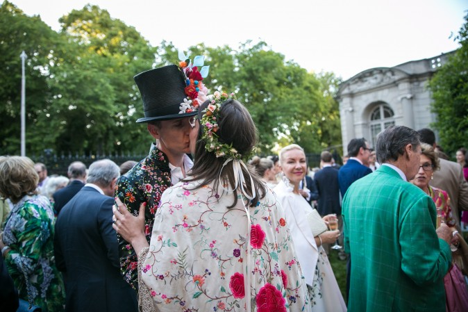 Tim Matusch and Marie Piche share a kiss at the Frick's Fifth Avenue Garden. (Benjamin Chasteen/The Epoch Times)