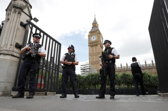 Armed police officers secure the Carriage Gate entrance as they stand outside the Palace of Westminster, in central London, Britain  June 16, 2017.  (Reuters/Peter Nicholls)