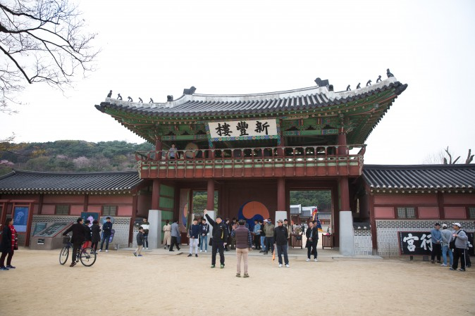 The east gate of the Suwon Hwaseong Fortress. (Benjamin Chasteen/The Epoch Times)