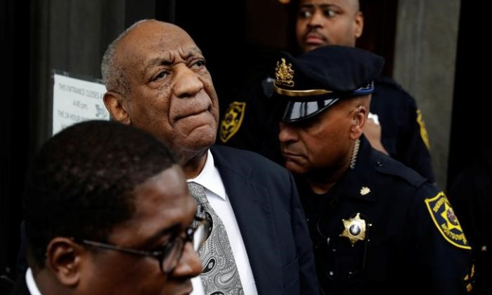 Actor and comedian Bill Cosby (C) reacts after a judge declared a mistrial in his sexual assault trial at the Montgomery County Courthouse in Norristown, Pennsylvania on June 17, 2017. (REUTERS/Lucas Jackson)
