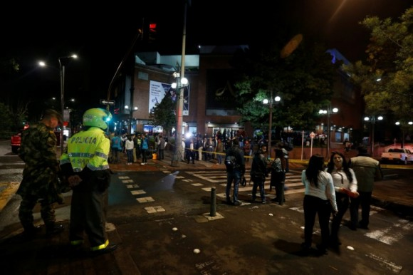 People and security personnel stand outside the Andino shopping center after an explosive device detonated in a restroom, in Bogota, Colombia June 17, 2017. (Reuters/Jaime Saldarriaga)