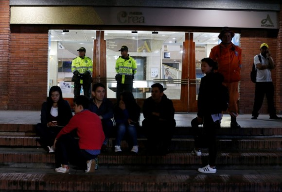 Police officers and people are see outside the Andino shopping center after an explosive device detonated in a restroom, in Bogota, Colombia June 17, 2017. (Reuters/Jaime Saldarriaga)