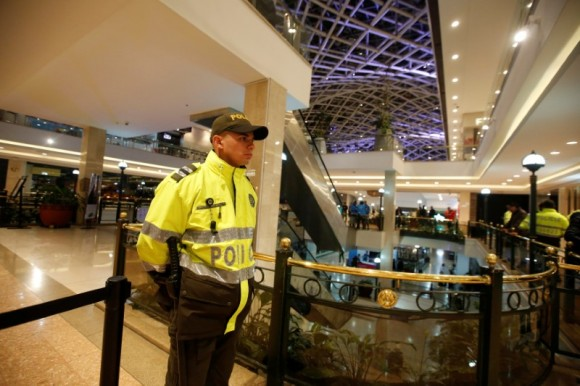 A police officer stands guard at an cordoned off area at the Andino shopping center after an explosive device detonated in a restroom, in Bogota, Colombia June 17, 2017. (Reuters/Jaime Saldarriaga)