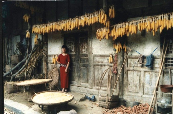 In the 1990s'Jennifer revisited her relatives who still lived in the village. The old family house remained unchanged. (Provided by Jennifer Zeng)
