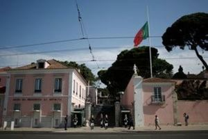 Portuguese flag flies at half mast in honour of victims of a forest fire at Belem Presidential Palace in Lisbon, Portugal on June 19, 2017. (REUTERS/Pedro Nunes)