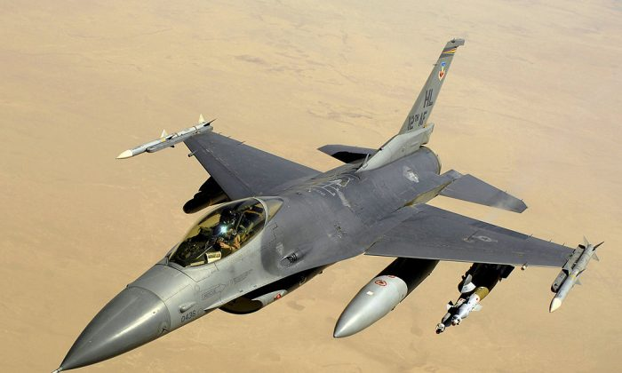An F-16 Fighter Jet over Iraq in 2008. (Master Sgt. Andy Dunaway [Public domain], via Wikimedia Commons)