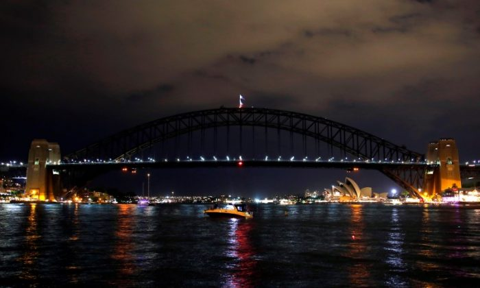The Sydney Harbour Bridge seen during the tenth anniversary of Earth Hour in Sydney, Australia, March 25, 2017. (Reuters/David Gray)