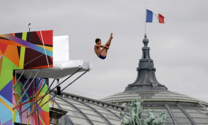 A diver performs from the Pont Alexandre III bridge on the River Seine in Paris, France on June 23, 2017. (REUTERS/Charles Platiau
