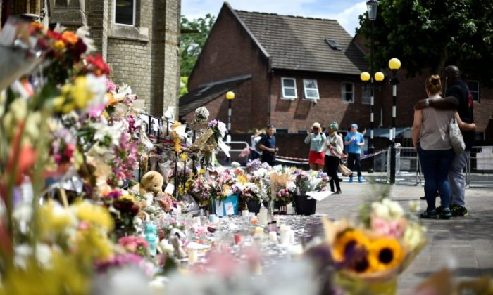 Flowers, tributes and messages are left for the victims of the fire at the Grenfell apartment tower in North Kensington, London, Britain, June 23, 2017. (Reuters/Hannah McKay)