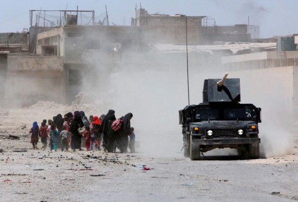 Displaced civilians from Mosul's Old City, the last district in the hands of Islamic State militants, flee during fighting between Iraqi forces and Islamic State militants in western Mosul, Iraq June 24, 2017. (Reuters/Marius Bosch)