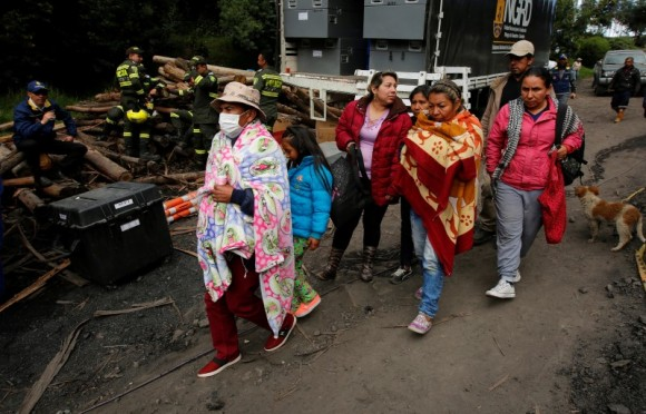 People wait for news of their missing relatives after an explosion at an underground coal mine  on Friday, in Cucunuba, Colombia June 24, 2017. (Reuters/Jaime Saldarriaga)