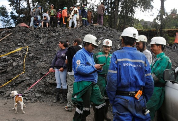 Rescue personnel coordinate to search for missing miners after an explosion at an underground coal mine  on Friday, in Cucunuba, Colombia June 24, 2017. (Reuters/Jaime Saldarriaga)