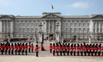 Don't Touch the Queen's Guard Soldiers, Video Shows