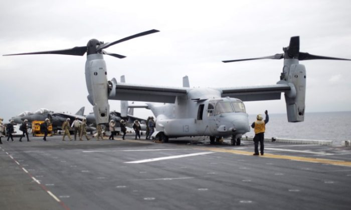 Participants in a ceremony marking the start of Talisman Saber 2017, a biennial joint military exercise between the United States and Australia, board a U.S. Marines MV-22B Osprey Aircraft on the deck of the USS Bonhomme Richard amphibious assault ship off the coast of Sydney, Australia on June 29, 2017. (REUTERS/Jason Reed)