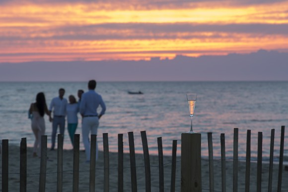 Champagne and sunset from Galley Beach. (Samira Bouaou/The Epoch Times)