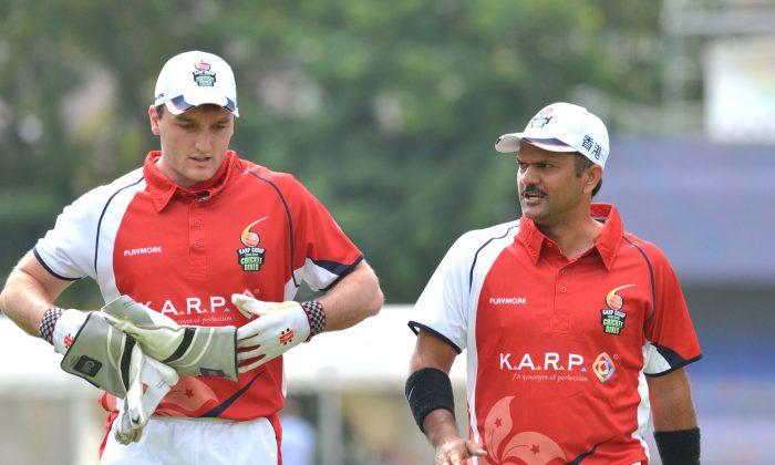 Hong Kong's Jamie Atkinson (L) and Moner Dar discuss tactics in the KARP Hong Kong Cricket Sixes at  Kowloon Cricket Club ion Sunday Oct 28, 2012. (Billl Cox/Epoch Times)