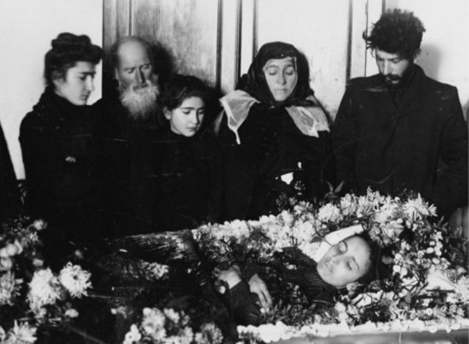 A distraught Stalin (right) at the funeral of his first wife Kato Svanidze. (Public Domain)